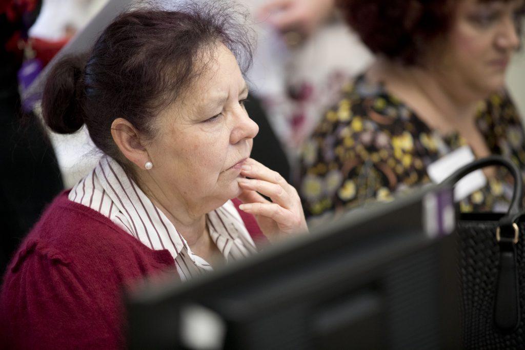 Using computers © Jess Hurd/reportdigital.co.uk